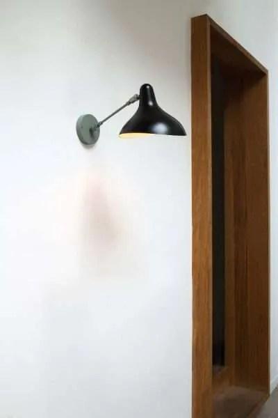 Mantis BS5 wand lamp grijs zwart in de hal