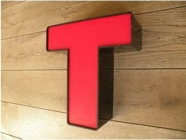 letterlamp zwart rood T 3