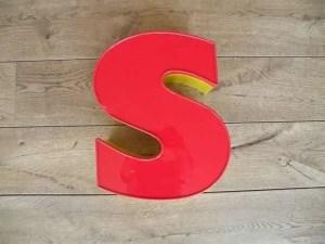 Letterlamp rood geel s voorkant