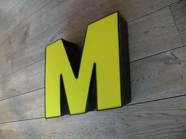 Letterlamp M geel met zwart zijkant
