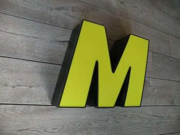 Letterlamp M geel met zwart zijkant 2