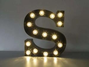 letterlamp bakletter S voorkant aan