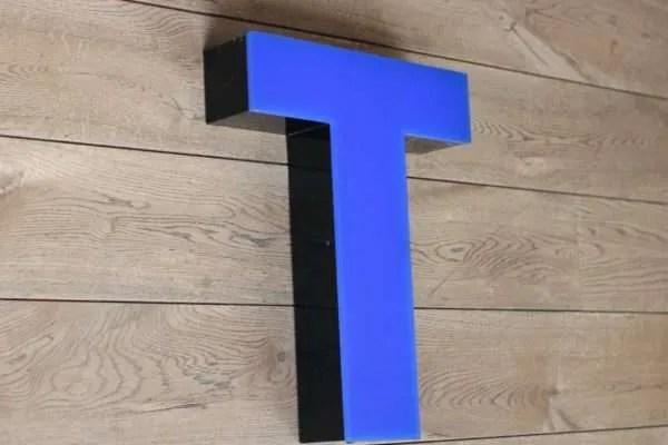 Blauw zwarte lettterlamp T zijkant 2