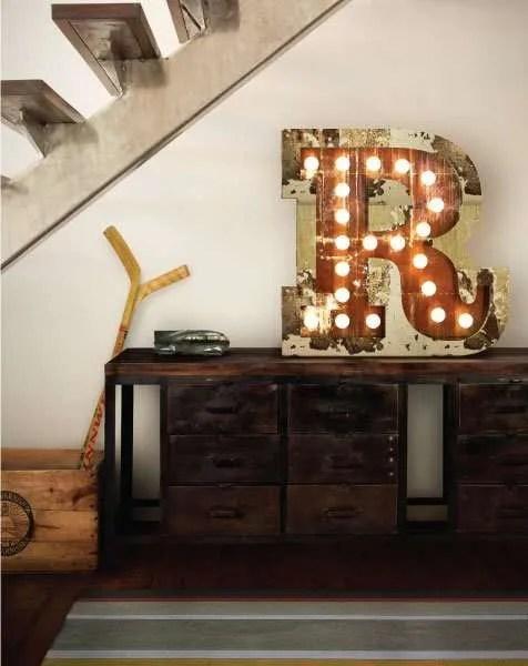 Delightfull letterlamp R op kast