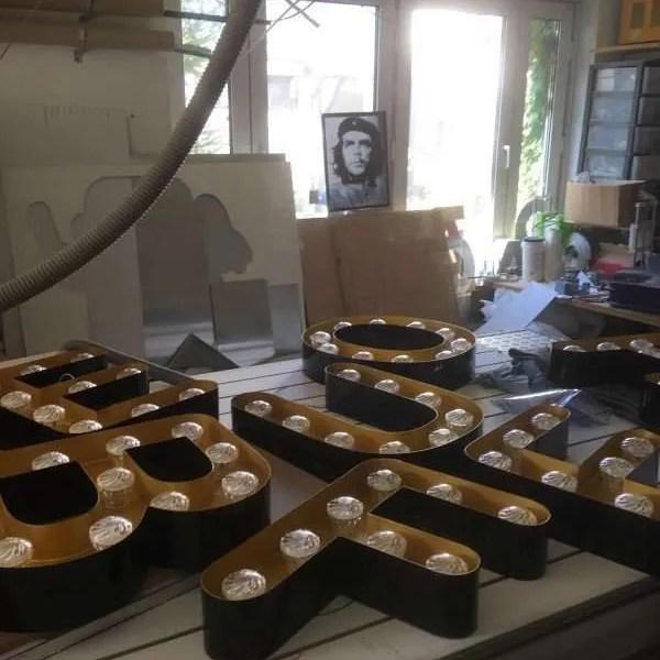 Beukenhof letters in productie