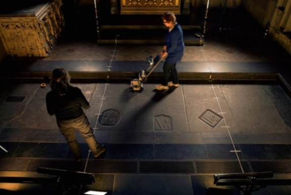 Scientists use ground penetrating radar to search the tombs of William Shakespeare and his family as they try to locate his skull.