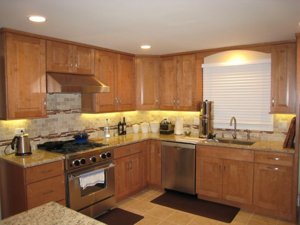 7 Kitchen Backsplash Ideas with Maple Cabinets That Do It ... on Backsplash For Maple Cabinets  id=94445