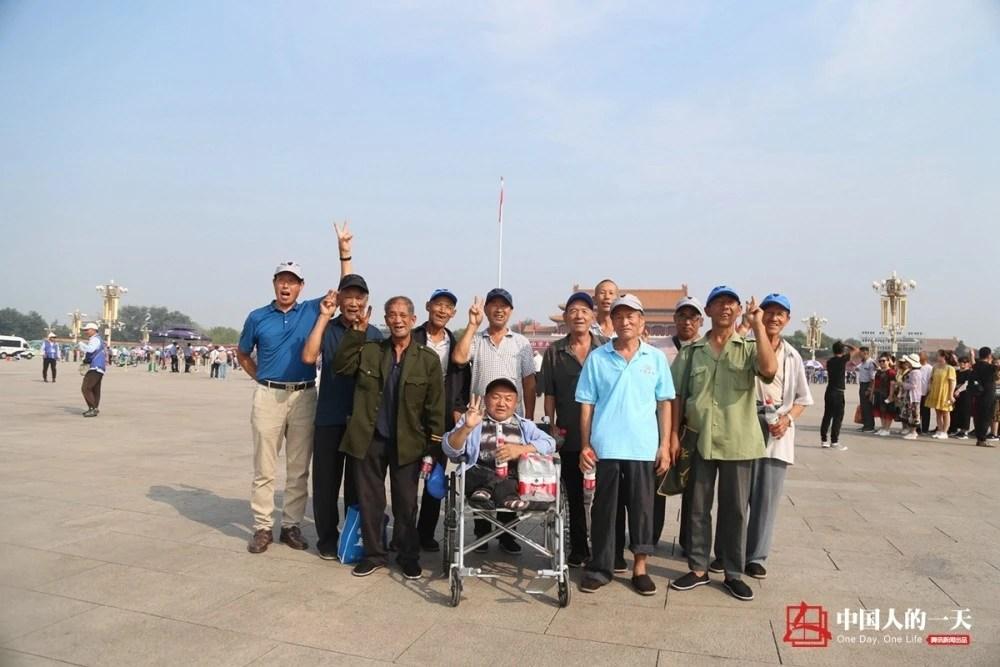 """中国人的一天:""""出村""""的路上,我们照亮彼此"""