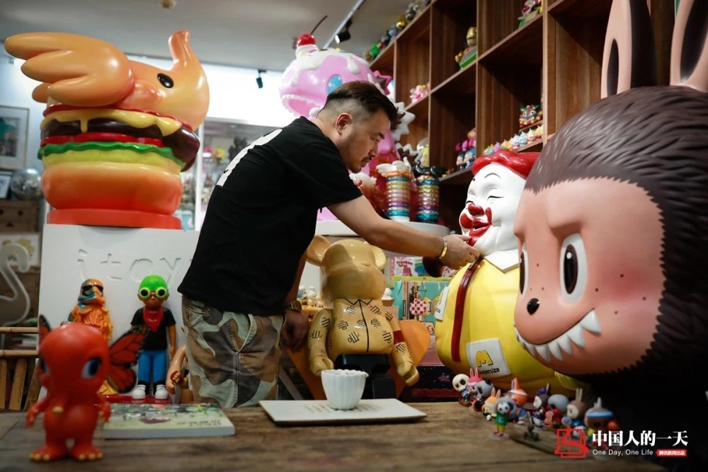中国人的一天:他砸百万工资买潮玩,租120平房子给玩具住,称少亏钱就是赚钱