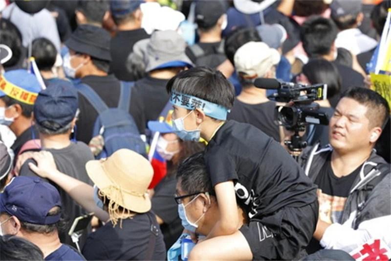 """""""蔡英文下臺!""""臺灣人群起反抗蔡英文_騰訊新聞"""