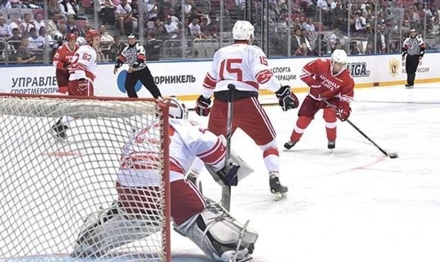 熱愛冰球的普京又上場啦 還記得那些年他贏球的比分嗎_體育_騰訊網