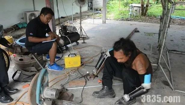 泰國農民車禍失去雙臂自製鋼鐵假肢幾乎不影響生活
