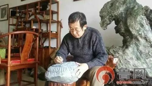 苦練絕活三十餘載 嶗山「石痴」獨創雕刻綠石古幣