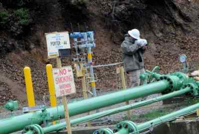 Firas Hamze, SoCalGas, inspects the Porter 44 well with a FLIR camera. Nearly a year after SoCalGas plugged the largest natural gas leak in the nation, the utility and state regulators conducted a media tour of the Aliso Canyon natural gas storage field north of Porter Ranch during a comprehensive safety review required by law before reopening the facility. (Photo by Dean Musgrove, Los Angeles Daily News/SCNG)