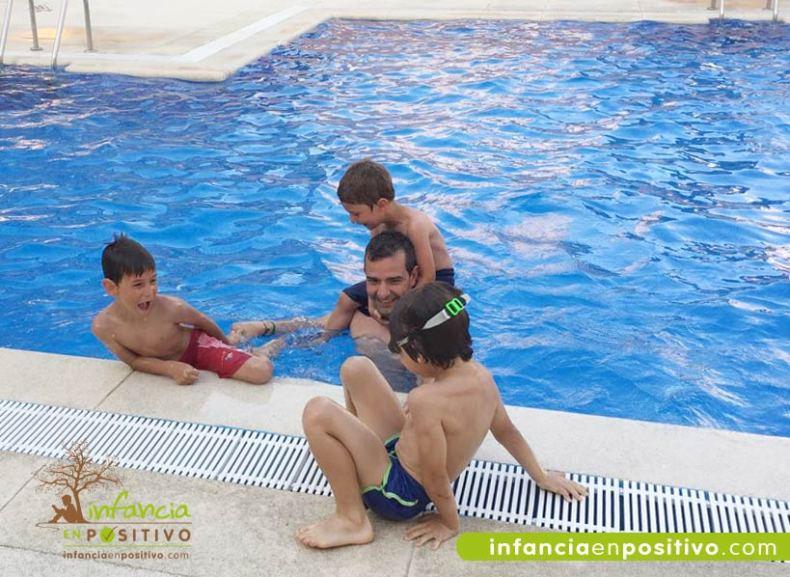 niños jugando en piscina