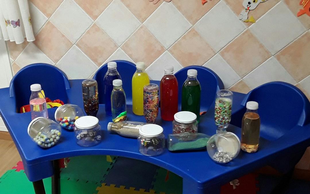 Las botellas sensoriales en Arco Iris Infantil