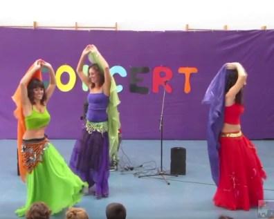 Anna, Mònica i Rut ballant la dansa del ventre