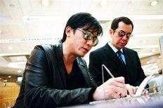 Yan und Wong tauschen Informationen