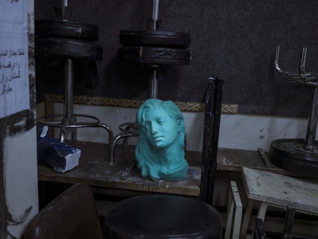 Uma escultura da cabeça de uma mulher em uma oficina de escultura em Teerã. Newsha Tavakolian/MAGNUM PHOTOS, 2014