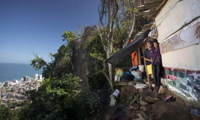 Eles conheceram histórias como a do casal de catadores de lixo Maria Eunice Silva Guimarães e Washington José de Freitas, no local conhecido como Carangueijo, na parte mais alta do Pavão-Pavãozinho. Eles vendem e comem o lixo que catamFoto: Márcia Foletto / Agência O Globo