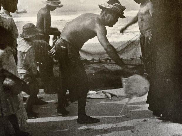 Pescadores de Copacabana em 1906, imagem de Alberto de Sampaio (Foto: Alberto de Sampaio/Centro Cultural Correios Rio / Divulgação)