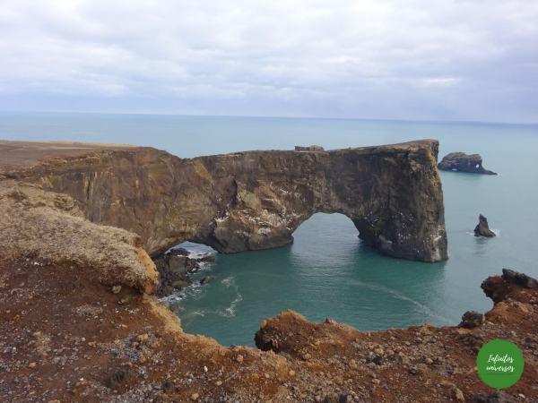 Arco de Dyrhólaey acantilado Dyrhólaey y la playa de arena negra Reynisfjara islandia