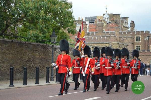 Cambio de guardia saliendo de St James Palace - Que ver en Londres