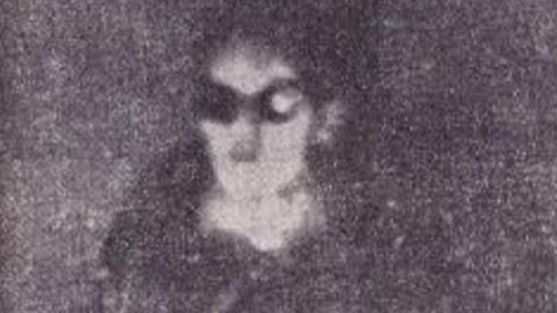 Italian journalist reports the first photo of an Alien taken inside a UFO