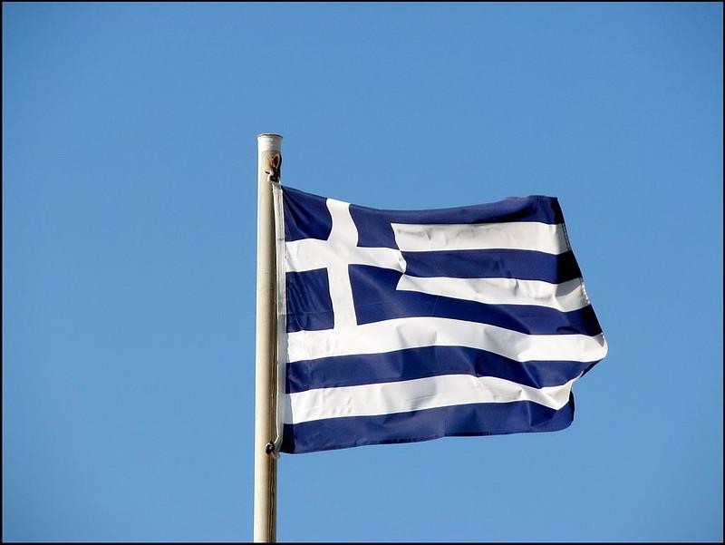 Грецию продолжают загонять в долги