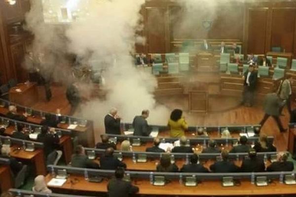 В парламенте Косово снова взорвана газовая граната