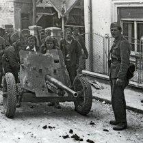 Бойцы НОАЮ у 45-мм пушки в пригороде Белграда.