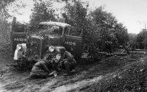 Советские бойцы ремонтируют свой грузовик — трофейный немецкий Опель Блиц.