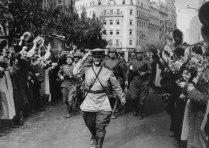 Жители Белграда торжественно встречают советских солдат-освободителей