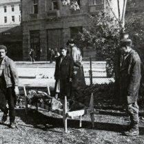 Жители Белграда у носилок с погибшим бойцом НОАЮ.