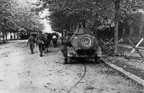 Рота бойцов НОАЮ выдвигается на передовую и проходит мимо советского бронеавтомобиля БА-64