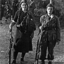 Девушки-пулеметчицы НОАЮ в пригороде Белграда.
