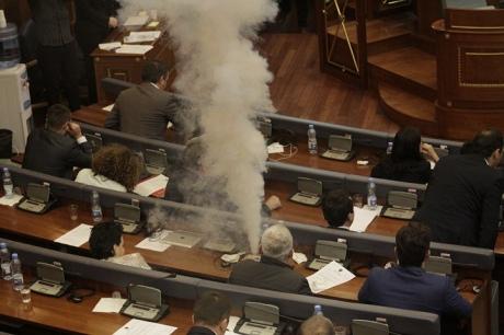 Косово: в местном парламенте в ход пустили слезоточивый газ