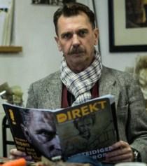 Odin Wiesinger beim Lesen des Magazins Info-DIREKT