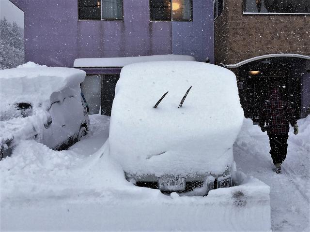 雪の日にワイパーを上げる