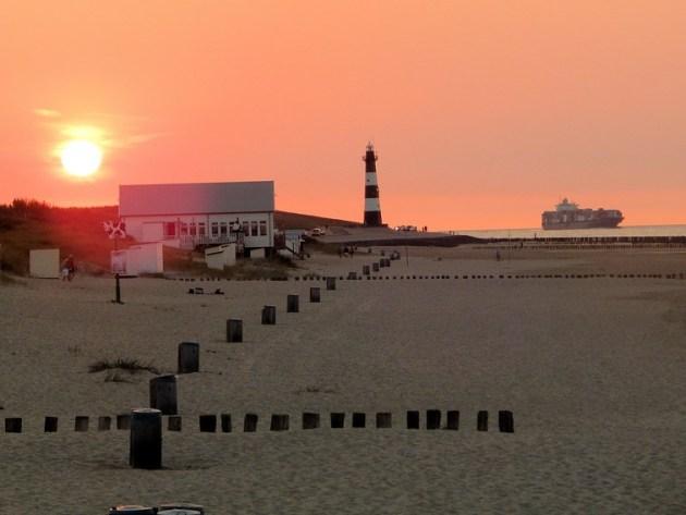 Sonnenuntergang Strand Breskens mit Schiff auf Westerschelde