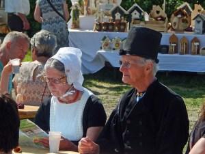 Paar in traditioneller Kleidung auf Bauernmarkt Meliskerke