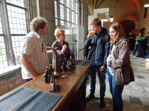 Paar wird an Bierstand des Abteibier Festivals in Middelburg beraten