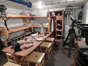 Schlafplätze und Esstisch im Bunkermuseum Zoutelande