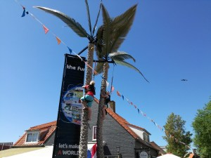 Zwei Kinder klettern an künstlichen Palmen hoch Straßenfest Vrouwenpolder