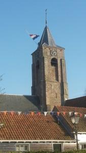 Kirchturm Aagtekerke mit niederländischer Flagge zum Königstag