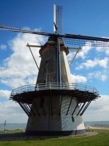 Mühle Vlissingen vor blauem Himmel mit wenig Wolken
