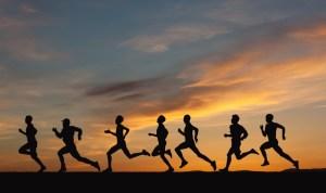 Sieben Läufer vor Sonnenuntergang Küstenmarathon Zeeland