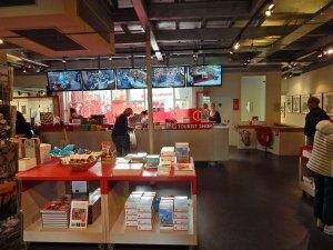 Touristenshop Middelburg innen mit Büchershop im Vordergrund