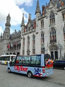 Citybus Brügge vor historischer Kulisse