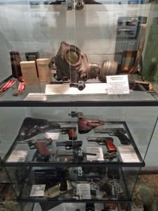 Waffen und Gasmaske von 1944 im Bunkermuseum Zoutelande